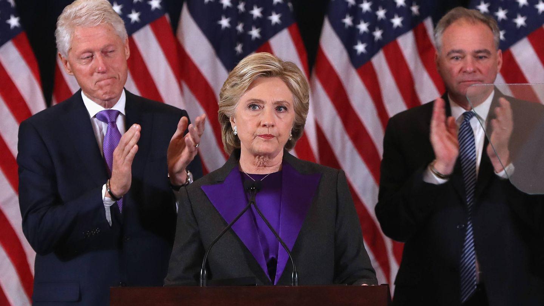 Hillary, junto a su marido, tras perder las elecciones. (Getty)