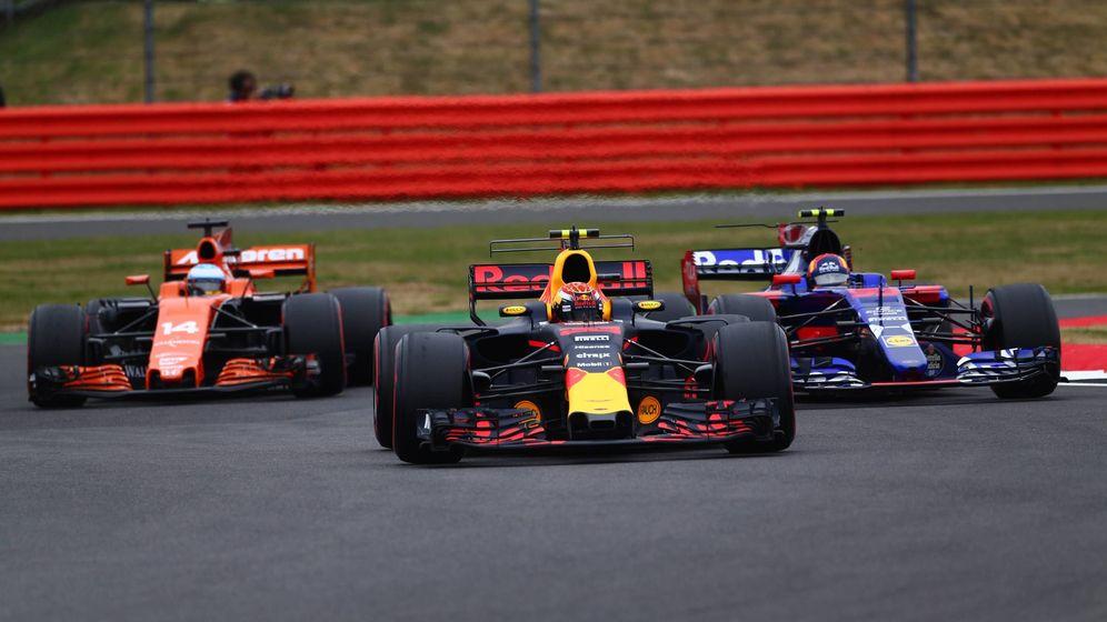 Foto: Fernando Alonso, Max Verstappen, Red Bull Racing y Carlos Sainz, en el pasado GP de Gran Bretaña. (Imago)