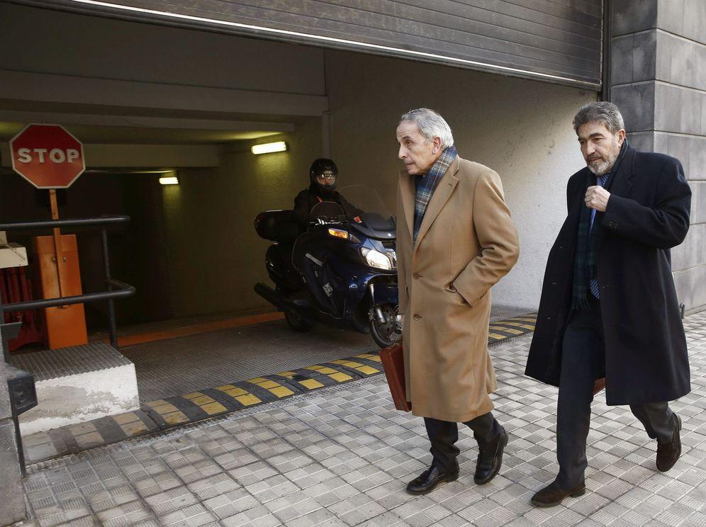 Foto: Carlos Bacaicoa (izquierda) y Miguel Ángel Morán, los dos abogados de la acusación, salen del Palacio de Justicia. (EFE)