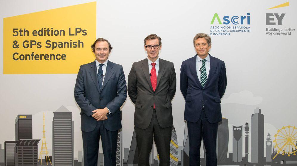 Foto: Miguel Zurita (ASCRI), Carlos San Basilio (Secretario General del Tesoro y Política Financiera) y Juan López del Alcázar (EY)