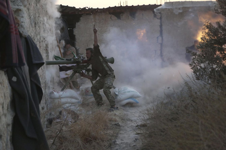 Foto: Un combatiente del Ejército Libre de Siria dispara contra fuerzas de Bashar al Assad en Alepo, en el frente de Sheikh Saeed, el 23 de mayo de 2015. (Reuters)