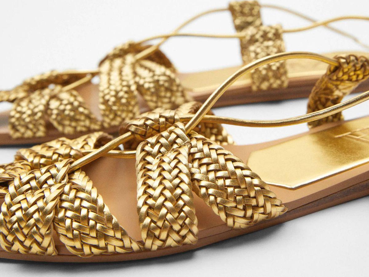 Foto: Sandalias doradas de Zara. (Cortesía)