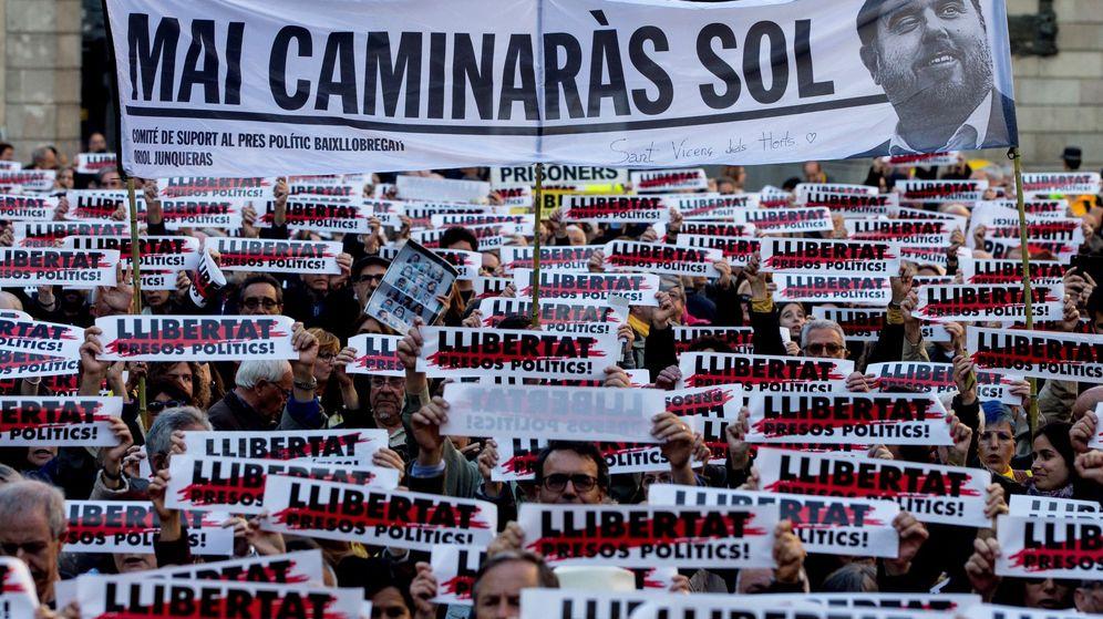 Foto: Concentración en la plaza Sant Jaume de Barcelona el pasado mayo en solidaridad con los presos Oriol Junqueras y Joaquim Forn. (EFE)