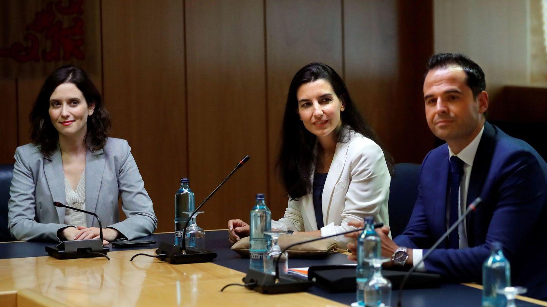 Isabel Díaz Ayuso, Rocío Monasterio e Ignacio Aguado, en un encuentro en Madrid. (EFE)