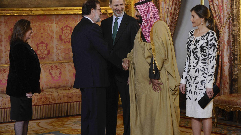 Saludando al príncipe heredero de Arabia Saudí. (Gtres)