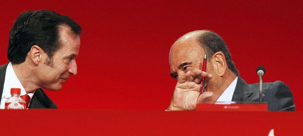 Foto: El presidente del Banco Santander, Emilio Botín (d), y el consejero delegado, Javier Marín. (EFE)