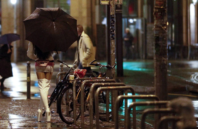 Foto: Una prostituta camina por Oranienburgen Strasse, en el distrito centro de Berlín, Alemania. (Reuters)
