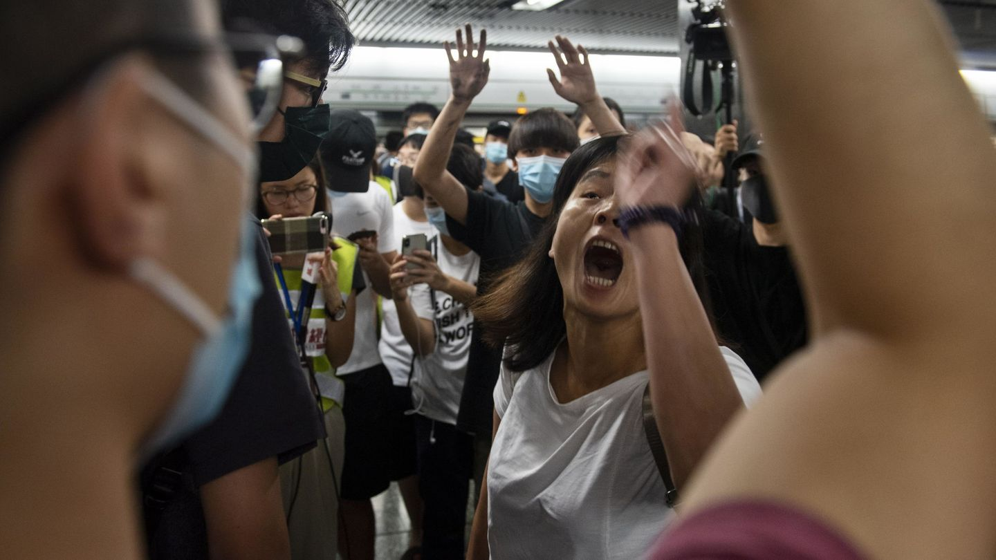 Hong Kong (China), 04 08 2019.- Protesters and commuters clash on a Mass Transit Railway (MTR) subway train as protesters disrupt services by preventing train doors from closing in Diamond Hill MTR station, Hong Kong, China, 05 August 2019. Hong Kong