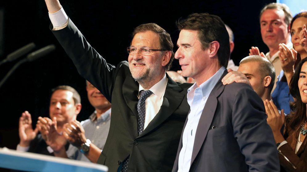 Foto: El presidente del Gobierno en funciones, Mariano Rajoy, y el ya exministro José Manuel Soria. (Efe)