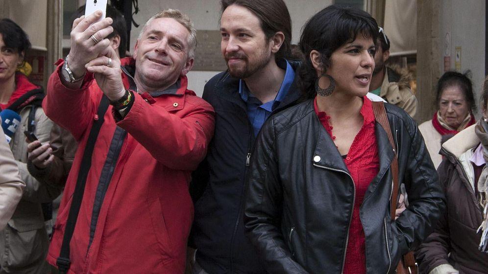 Foto:  El líder de Podemos, Pablo Iglesias (c), junto a la candidata de Podemos a la Presidencia de la Junta de Andalucía, Teresa Rodríguez (d). EFE