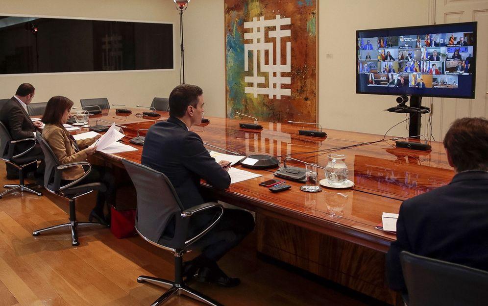 Foto: Sánchez preside, junto a los ministros con competencias delegadas, la videoconferencia con los presidentes autonómicos, este domingo en la Moncloa. (EFE)