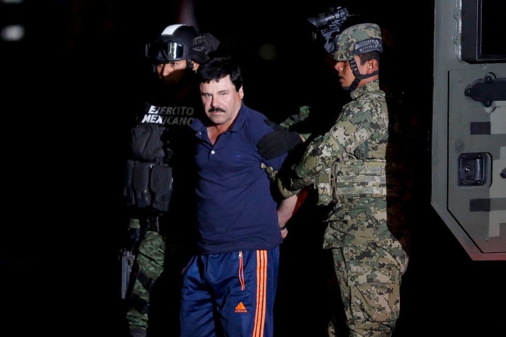 Foto: Joaquin 'El Chapo' Guzmán es escoltado por soldados mexicanos durante su presentación ante la prensa en Ciudad de México, el 8 de enero de 2016 (Reuters).
