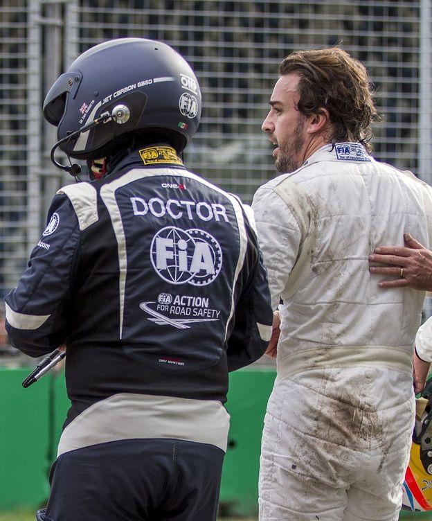 Foto: Fernando Alonso recibiendo la atención de un médico de la FIA.
