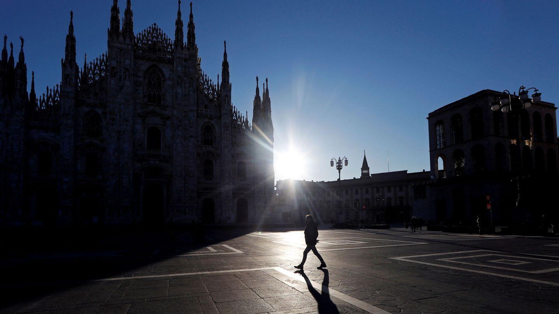 La desierta plaza del Duomo, normalmente llena de turistas y en estos días vacía por el miedo al coronavirus. (Reuters)