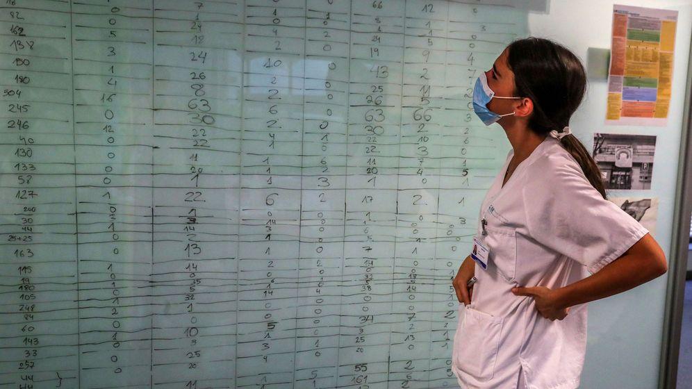 Foto: Una sanitaria observa un panel de datos en el Hospital Puerta de Hierro. (EFE)