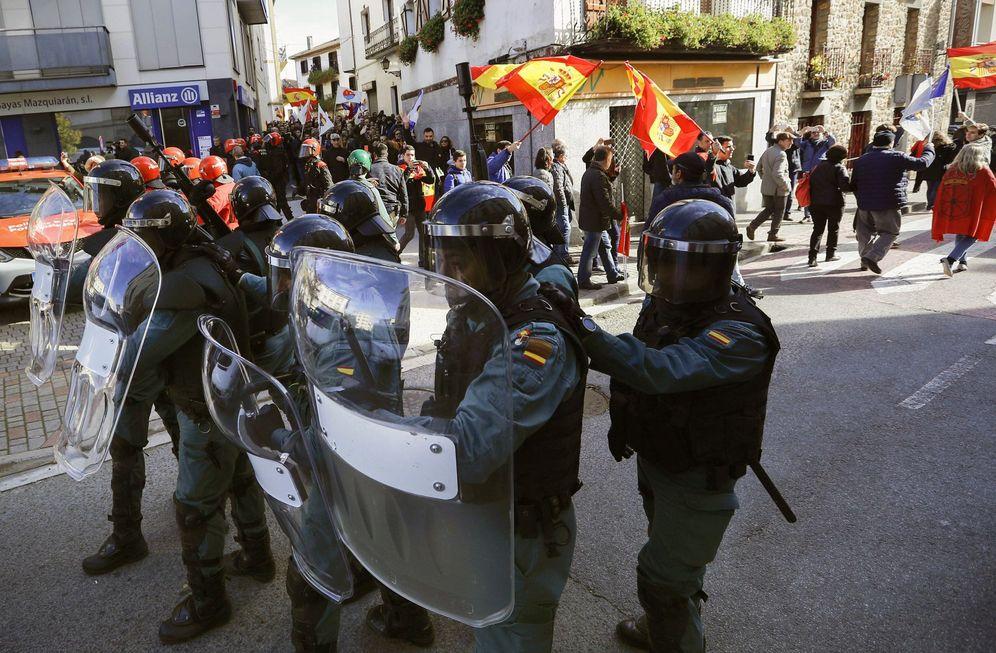 Foto: Agentes de la Guardia Civil escoltan a los asistentes al acto de Alsasua. (EFE)