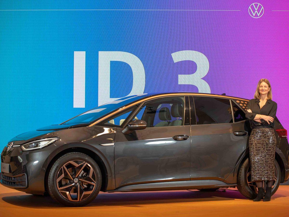 Foto: Laura Ros, directora general de Volkswagen España, junto al primer ID.3 que llega a España.
