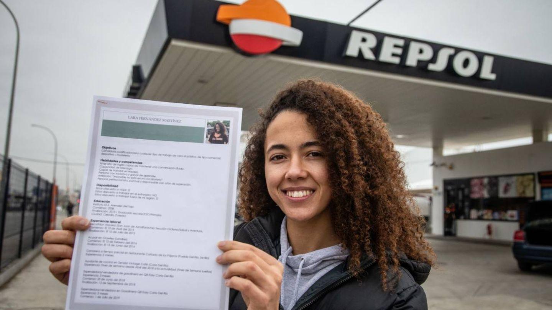 La joven luchadora entregando su currículum en un establecimiento. (F. R.)
