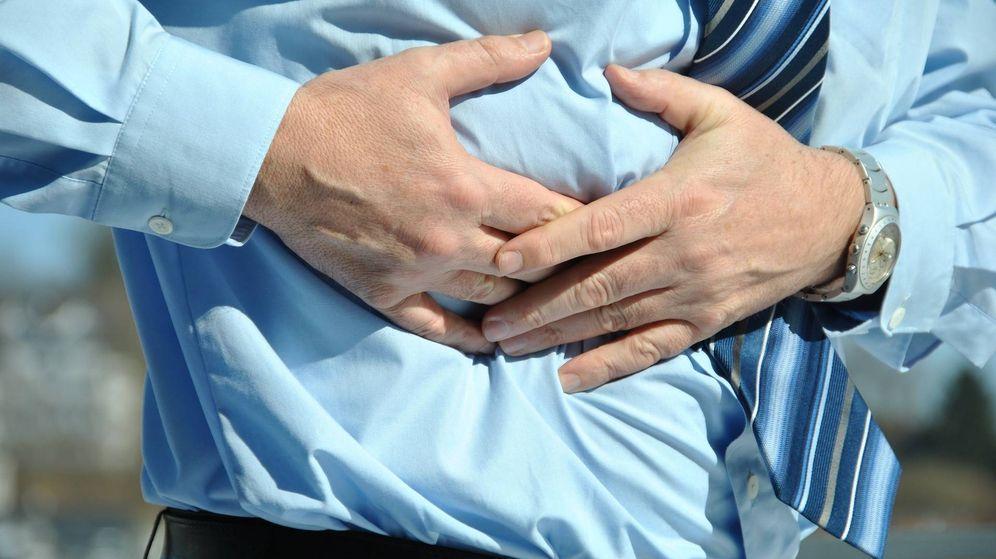 Foto: Un hombre se siente dolorido bajo el pecho. (Pixabay)