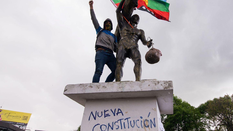 Un manifestante protesta durante el estallido social de 2019 junto a la estatua de Caupolicán, líder de la resistencia Mapuche, a la cual simbólicamente le pusieron la cabeza del busto de Pedro de Valdivia, militar y conquistador español. (EFE)
