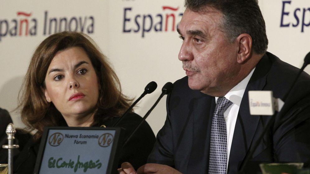 Foto: Francisco García Sanz, vicepresidente mundial de compras de Volkwagen, junto a Soraya Sáenz de Santamaría.