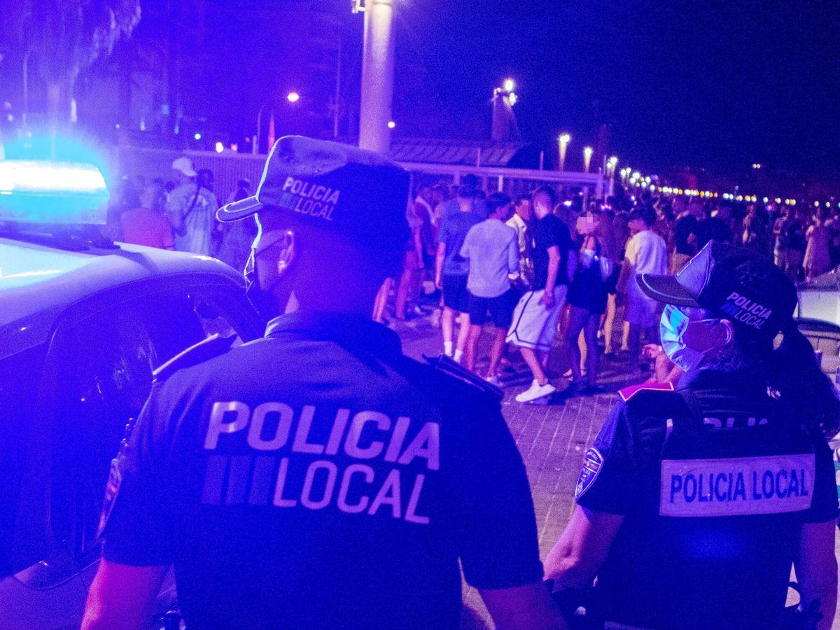 Foto: La policía desaloja un botellón en Palma de Mallorca. (EFE)