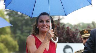 La reina Letizia, de rojo español y con peinado celebrity en su regreso a Cataluña