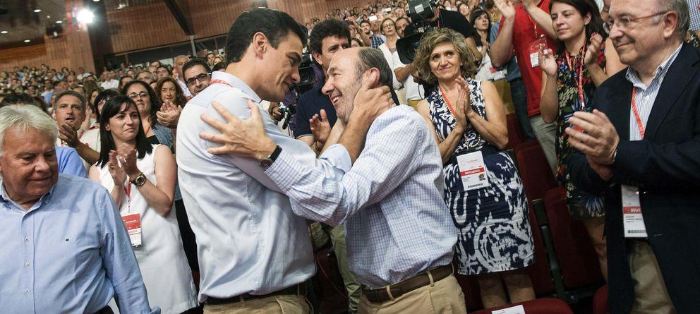 Foto: El secretario general del PSOE, Pedro Sánchez (ci), abraza a su antecesor, Alfredo Pérez Rubalcaba (Efe)