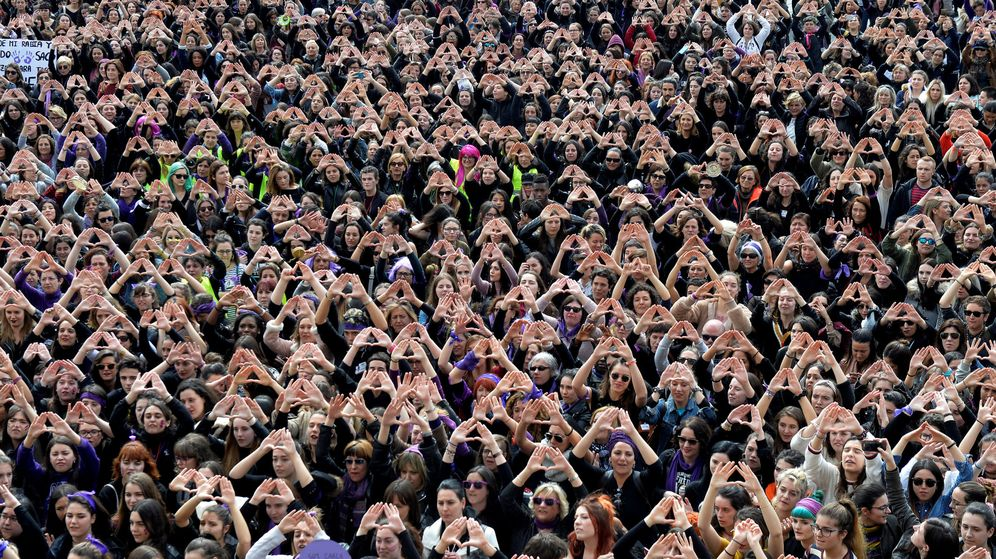 Foto: Protesters form triangles with their hands during a demonstration for women's rights in bilbao