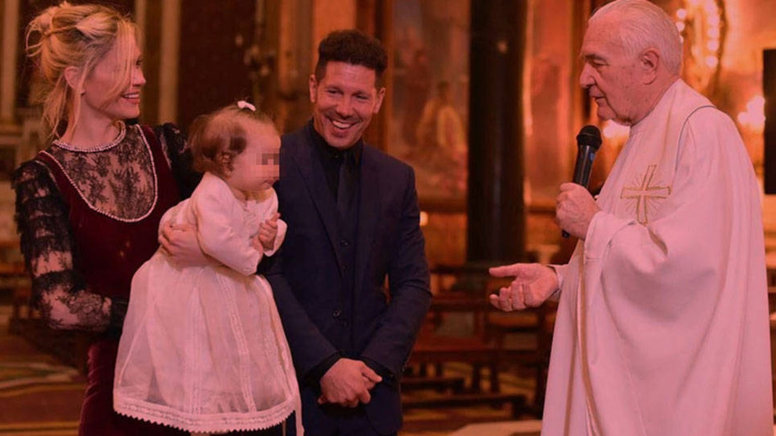 Foto: Simeone y Carla en el bautizo de su hija.