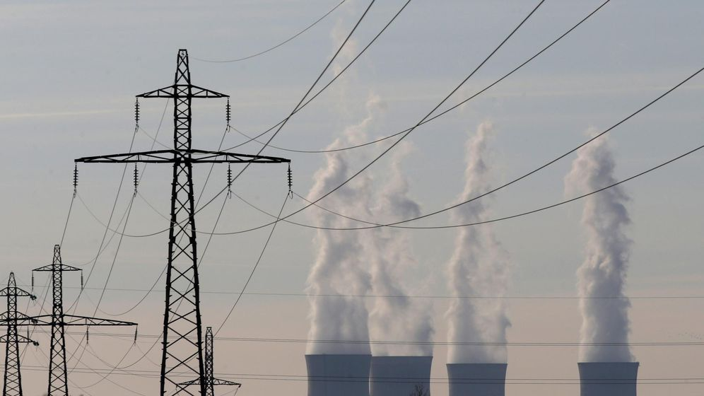 Foto: Cables de alta tensión frente a una central térmica. (Reuters)