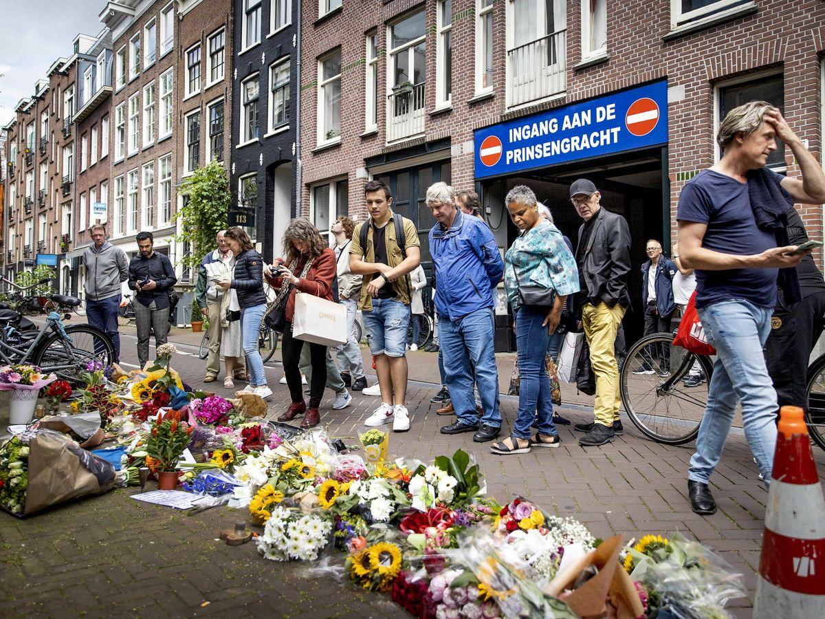 Foto: Muestras de apoyo a Peter R. de Vries en el centro de Ámsterdam. (EFE)