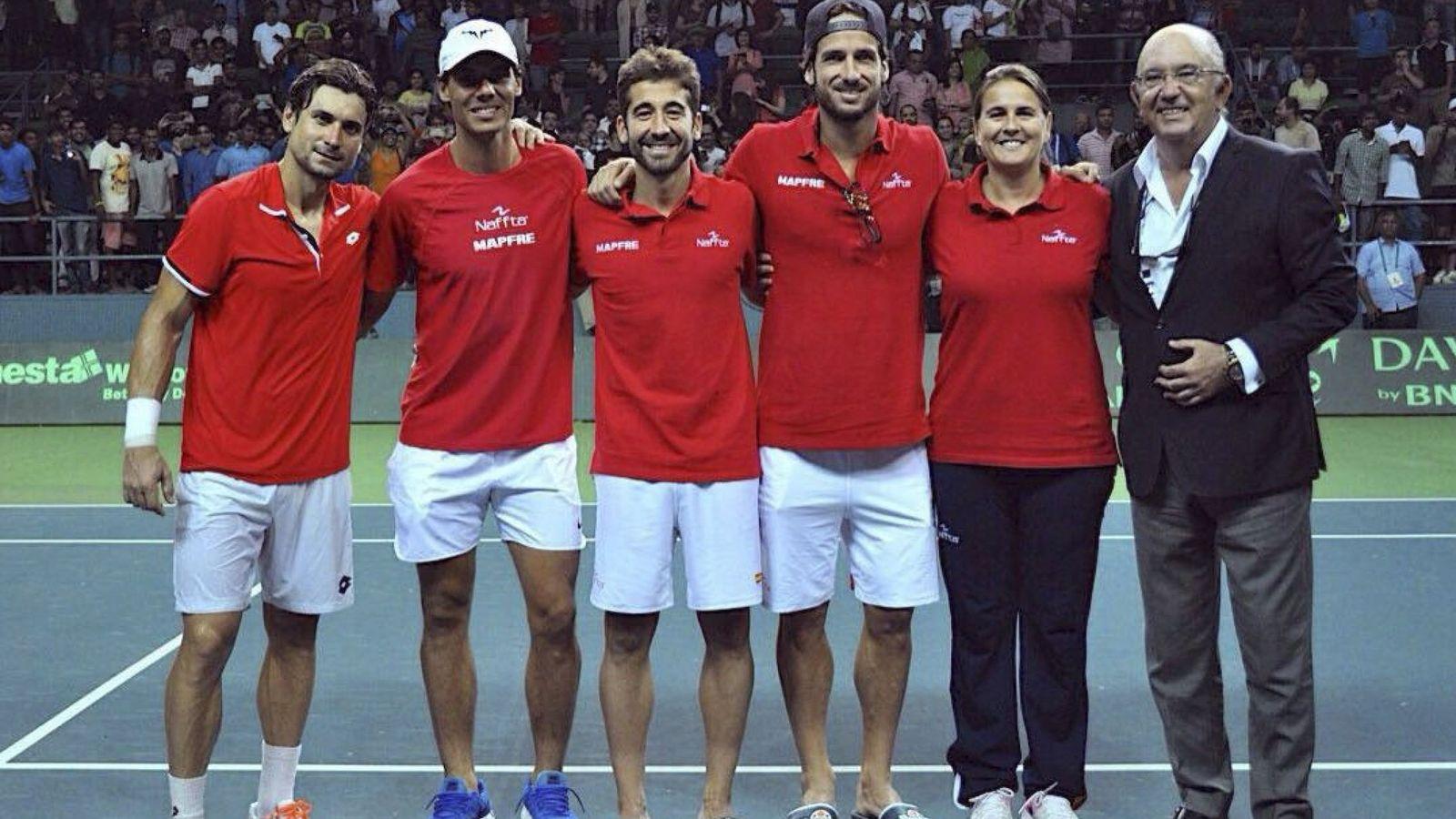 Foto: Ferrer, Nadal, López y Feliciano después de tumbar a la India en la Davis. (EFE)