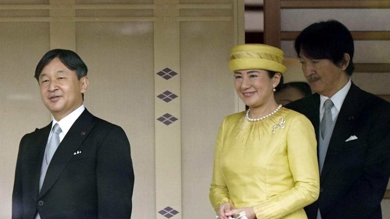 El emperador Narhito, su esposa Masako y el príncipe heredero Akishino. (EFE)