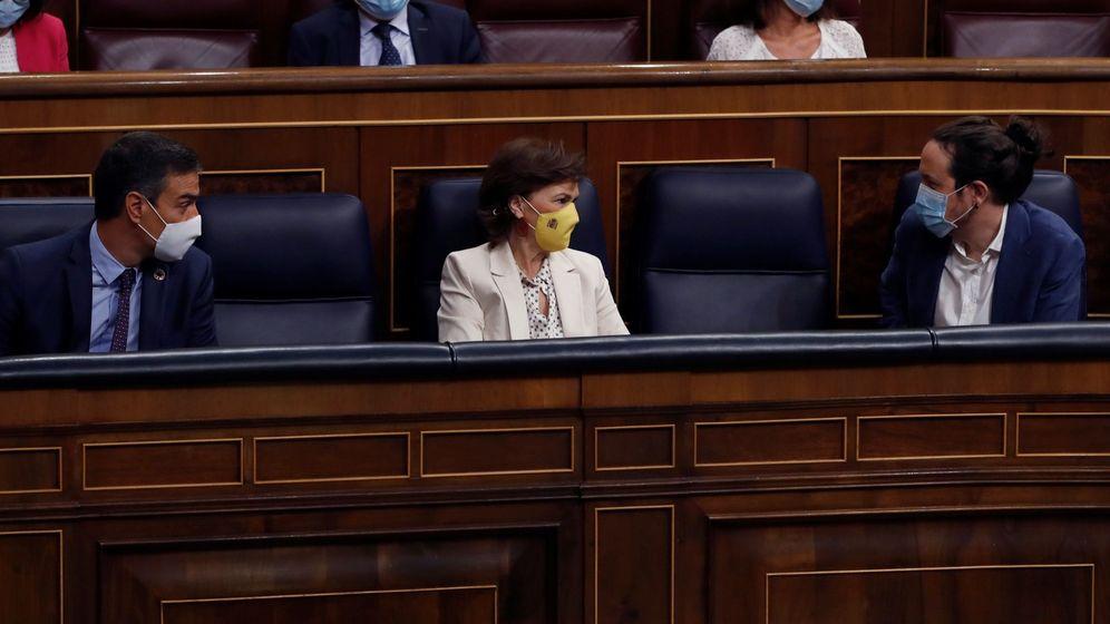 Foto: El presidente del Gobierno, Pedro Sánchez (i), la vicepresidenta primera, Carmen Calvo (c) y el vicepresidente Pablo Iglesias (d) durante la última sesión de control al Gobierno. (EFE)