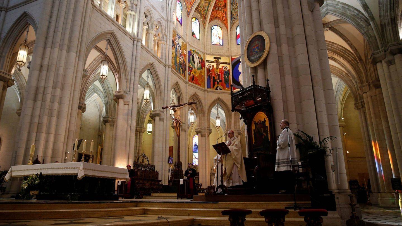 Interior de la catedral de La Almudena. (EFE)