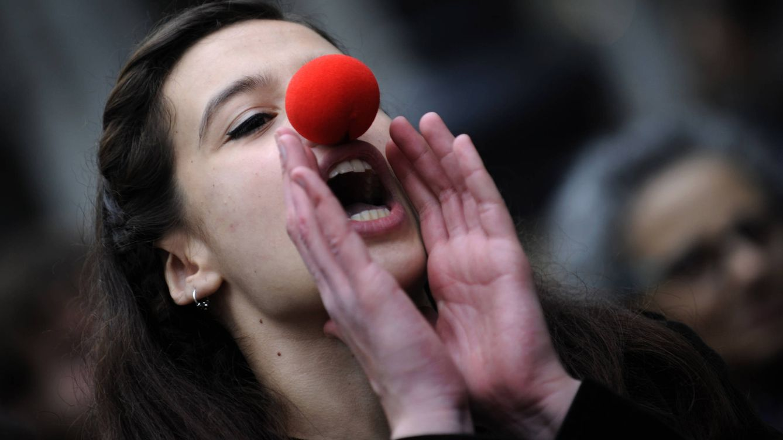 Foto: Una mujer protesta en Oviedo (Asturias) en una manifestación de conmemoración del movimiento 15-M (Reuters)