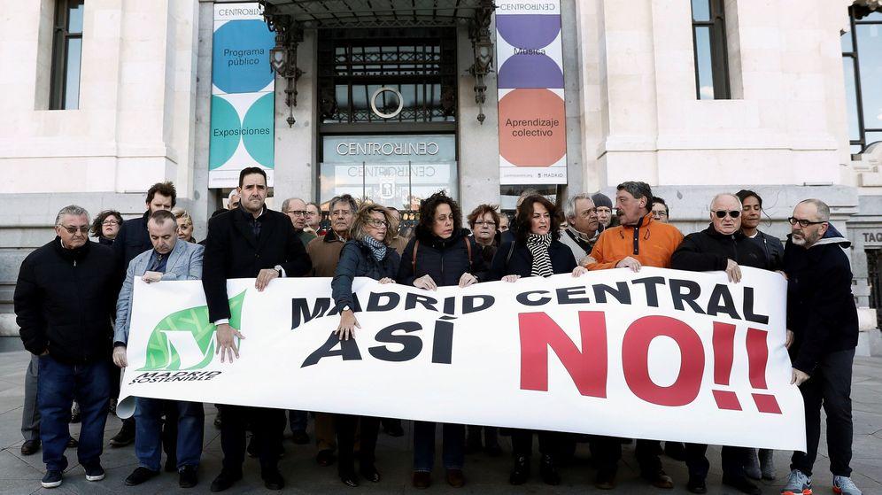 Foto: Concentración convocada por la Plataforma de Afectados por Madrid Central frente al Palacio de Cibeles. (EFE)