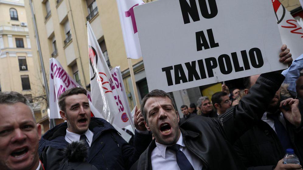 Foto: Conductores de VTC protestan ante la sede del PSOE en Madrid. (Reuters)