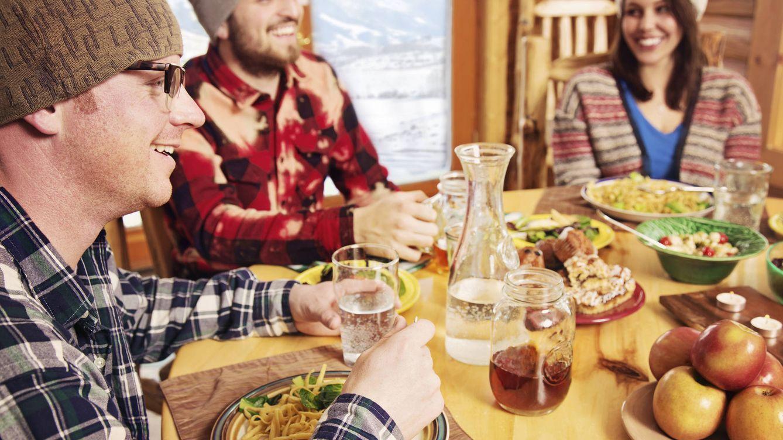 Foto: También es un buen momento para buscar calor en compañía alrededor de una mesa. (iStock)