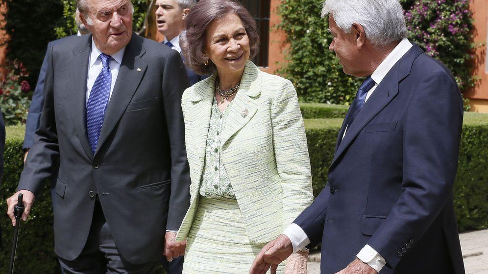 Foto: Los reyes eméritos junto al entonces presidente Felipe González, en el acto conmemorativo de la Expo 92. (EFE)