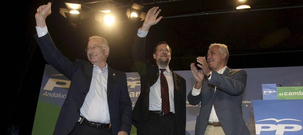 Foto: Gabriel Amat (izquierda), junto a Mariano Rajoy y Javier Arenas, en 2008. (Efe)