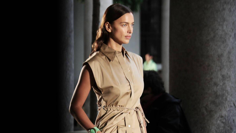 Irina Shayk, con su piel ultraluminosa en un desfile en la Milan Fashion Week de 2020. (Imaxtree)