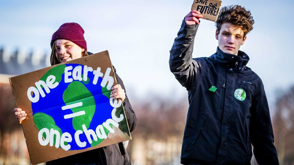 Foto: Dos estudiantes holandeses participan en una manifestación para reclamar medidas urgentes para combatir el cambio climático. (EFE)