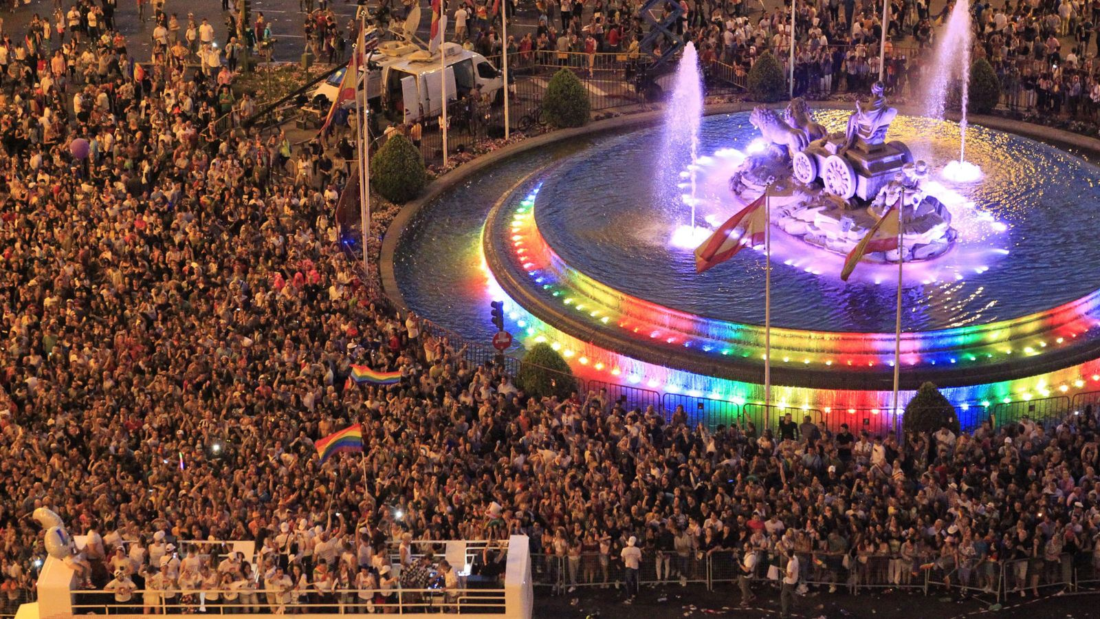 Foto: La Cibeles, ilumada durante la manifestación del Orgullo Gay. (EFE)