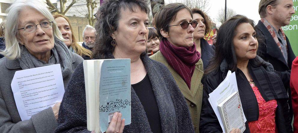 Foto: La poeta Carol Ann Duffy y la actriz Vanessa Redgrave protestan a las puertas de la prisión de Pentonville contra la prohibición de enviar libros. (Reuters)