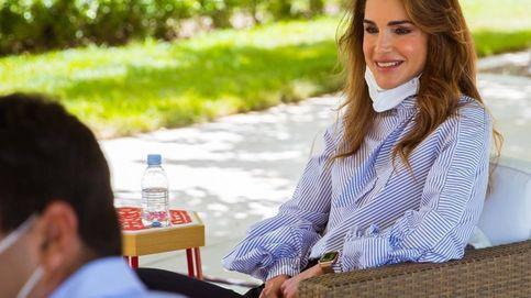 Rania de Jordania ha vuelto: mascarilla, blusa reciclada y pantalón cargo
