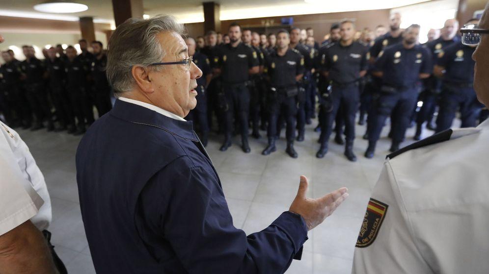 Foto: Zoido, durante una visita a policías antidisturbios. (EFE)