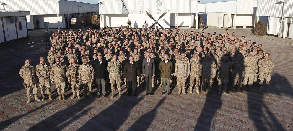 Foto: Tropas españolas desplegadas en Herat durante una visita del ministro de Defensa, Pedro Morenés, en enero. (Efe)