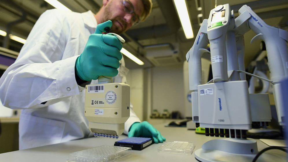 Foto: Un trabajador de la firma biofarmacéutica alemana que está trabajando en la vacuna. (Reuters)